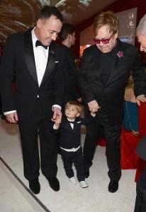 Elton John é o pai do ano e Glamurama explica essa história. Vem saber!