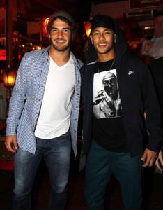 Neymar, Alexandre Pato e Caio Castro curtem juntos a noite de SP. Vem!