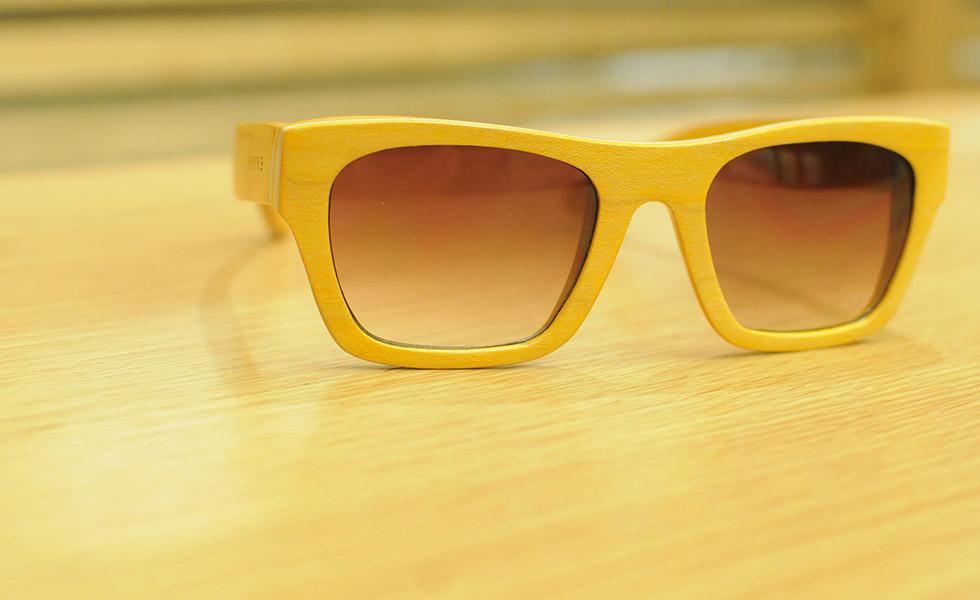 Óculos de madeira são as novas peças-desejo dos homens antenados ... d47e2f49b7