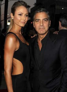 George Clooney e Stacy Keibler terminam o namoro… por telefone!