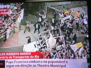 Papa Francisco enfrenta multidão em carro popular e desfila no papamóvel