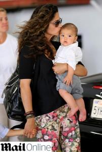 4672657f5 Flagra: Camila Alves e o caçula Livingston pelas ruas de Santa Mônica