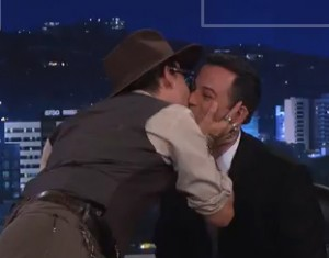Johnny Depp sai da toca, dá entrevista e beija apresentador ao vivo na TV