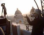Cara Delevingne posa para as lentes de Lagerfeld em nova campanha