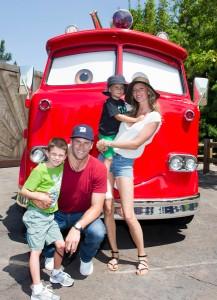 Gisele Bündchen e Tom Brady levam filhos para a Disney. A gente mostra