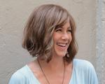Novo visual: Jennifer Aniston aparece de cabelo curto e escuro. Vem ver!