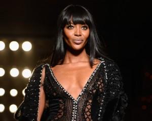 Naomi Campbell abre temporada de alta-costura em Paris com Versace