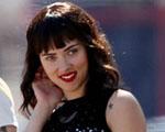 Scarlett Johansson: morena e com franja. Será pegadinha? Vem ver