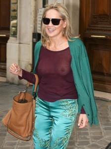 Uau! Sharon Stone usa blusa transparente e chama a atenção dos paparazzi