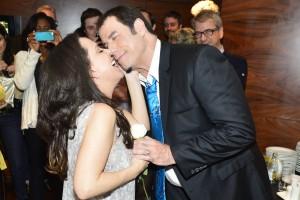 John Travolta ganha rosa, beijo e reverência de Bebel Gilberto. Vem ver