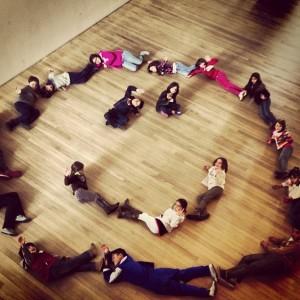 Vik Muniz faz workshop com crianças colombianas. O humor está ótimo…