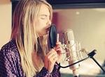 Top Cara Delevingne ataca de cantora. Confira o vídeo e dê seu veredito