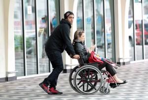 Luana Piovani desembarca no aeroporto de SP de cadeira de rodas