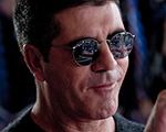 Escândalo! O poderoso produtor musical Simon Cowell leva golpe da barriga