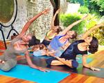 Gisele Bündchen faz yoga com uma companhia fofa. Vem ver!