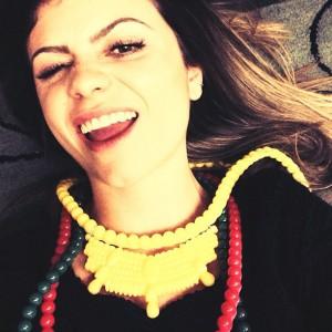 Mariah Rovery cria acessórios de silicone coloridos que são a cara do verão