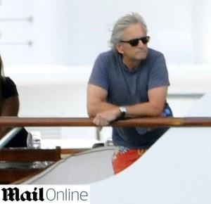 Após separação, Michael Douglas é fotografado na Sardenha