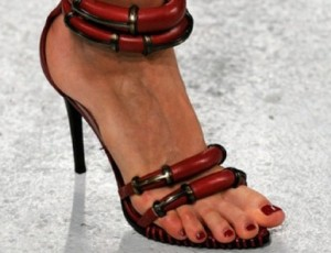 Direto de Paris: a sandália-desejo do desfile de Anthony Vaccarello