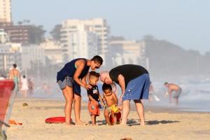 Alicia Keys na praia de Ipanema com a família. O figurino? Vem ver…