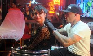 """Thaila Ayala tatua símbolo na nuca e responde ao """"cadê Paulinho?"""""""