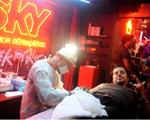Marco Túlio, do Jota Quest, tatua caveira no estúdio SKY no Rock in Rio