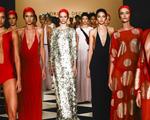 Adriana Degreas abala Paris com lançamento de seu beachwear de luxo