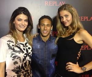 Neymar posa de galã ao lado das tops Isabeli Fontana e Ana Beatriz Barros