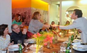 Mesa poderosa em jantar de Roberta Sudbrack celebrando parceria artsy: assista!