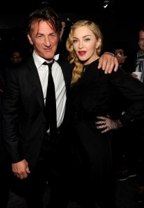 Com presença de Sean Penn, Madonna apresenta novo projeto em NY