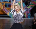 Menina veneno: Rita Ora desfila para DKNY na Semana de Moda de NY