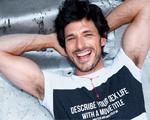 Modelo badalado é estrela da nova campanha da Sergio K. Quem?