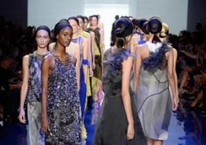 Vera Wang apresenta desfile colorido na Semana de Moda de NY. Confira