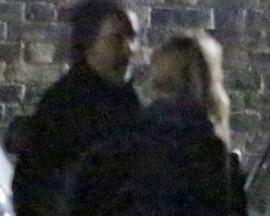 Tim Burton é visto com loira misteriosa. Ao flagra!