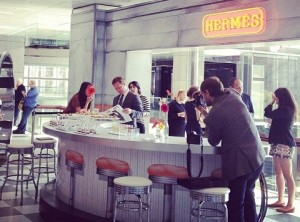 """Hermès abre pop up shop """"retrô"""" em Nova York para seu público jovem"""