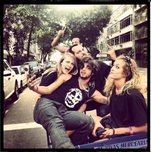 Cara Delevinge voltou do Rio com amigos para sempre. Quem são eles?