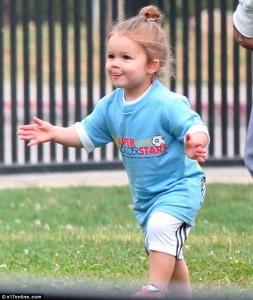 Está no gene: pequena Harper Beckham já se arrisca nos gramados