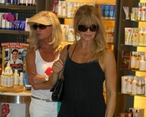 Jura? Goldie Hawn entra em shopping carioca e nem é reconhecida