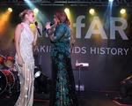 De longo, Carolina Dieckmann sobe no palco e canta sucesso de Thiaguinho