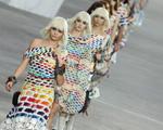 Karl Lagerfeld mostra sua veia artsy no desfile da Chanel em Paris
