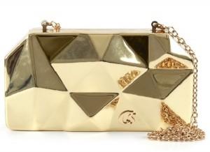 Bolsa Carmen Steffens com detalhes em dourado é peça curinga no verão