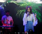 Lana del Rey sai do palco no meio de música. Pra fazer o quê?