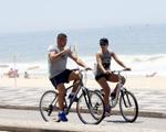 Ronaldo in Rio: pedaladas com namorada, água de coco e fotos com fãs