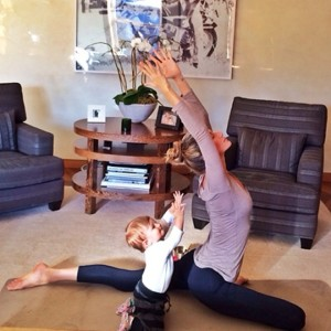 Momento fofice pura: Gisele Bündchen e Vivian praticam ioga juntas