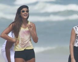 Giulia, filha de Flávia Alessandra, mostra corpão nas areias cariocas