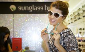 Isabeli Fontana e glamurettes participam de lançamento na Sunglass Hut