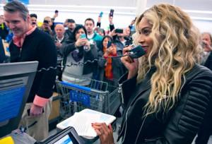 Beyoncé surpreende em supermercado americano e banca Mamãe Noel