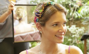 Saiba como usar um simples lenço para fazer penteados para o verão