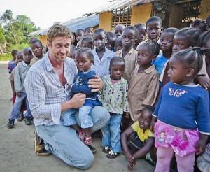 Gerard Butler faz o bem na semana do Natal em visita à África