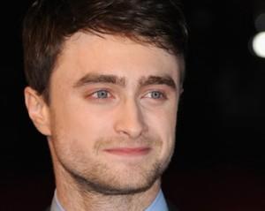 Daniel Radcliffe coloca megahair no cabelo para seu novo personagem