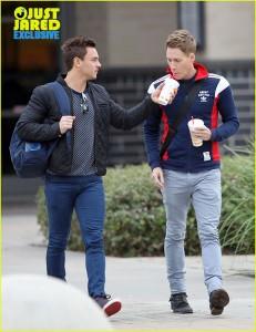 Atleta britânico Tom Daley é visto pela primeira vez com o namorado